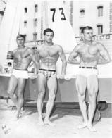 PHOTO  4 HOMMES  TORSE NU EN MAILLOT DE BAIN CULTURISTE CULTURISME  BORD DE MER PHOTO FERRERO 22.50 X 18.5 CM - Riproduzioni