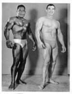 PHOTO   2 HOMMES  EN MAILLOT DE BAIN CULTURISME CULTURISTE 25 X 19 CM - Sport