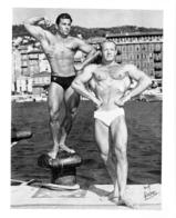 PHOTO   2 HOMMES  EN MAILLOT DE BAIN CULTURISME CULTURISTE PHOTO FERRERO 26 X 21 CM - Sports