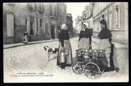 CPA PRECURSEUR- LAIT- BEURRE- FROMAGE- TYPE DU CENTRE- GROUPE DE LAITIERES EN 1900- ENVIRONS DE BLOIS- GROS PLAN- PAVÉS - Paysans