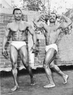 PHOTO  HOMMES EN MAILLOT DE BAIN CULTURISTE CULTURISME 28 X 21 CM - Sports