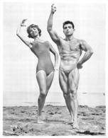PHOTO  HOMME EN MAILLOT DE BAIN CULTURISTE CULTURISME ET FEMME  23.50 X 18 CM - Sports
