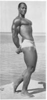 PHOTO  HOMME EN MAILLOT DE BAIN CULTURISTE CULTURISME  22.50 X 11 CM - Sports