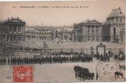 VERSAILLES  LE PALAIS  PLACE D'ARMES UN JOUR DE REVUE                               CACHET  CONGRES DE LA PAIX  1919 - Versailles