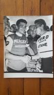 GRANDE PHOTO ORIGINALE JACQUES ANQUETIL ET RAYMOND POULIDOR   ETAPE TOUR DE FRANCE FORMAT 30 X 24 CM  PHOTO JEAN JAFFRE - Sports