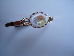 UN BRACELET A MOTIF FLORAL - Bracelets