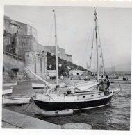 Photo D'un Beau Voilier En Bois Dans Le Port De CALVI En Corse En 1953 ( Noté Et Daté A L'arrière ) - Bateaux
