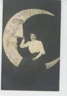 FEMMES - FRAU - LADY - Jolie Carte Fantaisie Femme Assise Sur Croissant De Lune Humanisée - Femmes