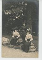 FEMMES - FRAU - LADY - DOG - MODE - Belle Carte Photo Portrait Femmes élégantes Avec Chapeau Posant Avec Chien Spitz - Chiens