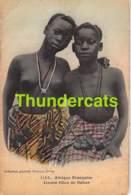 CPA AFRIQUE OCCIDENTALE FORTIER DAKAR SENEGAL FEMME NU NUE NUDE GIRL LADY JEUNES FILLES DE DAKAR ( PLI - CREASE ) - Sénégal