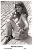 JOANNA LUMLEY - Film Star Pin Up PHOTO POSTCARD- Publisher Swiftsure 2000 (347/28) - Postales