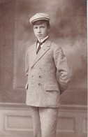 AK Foto Junger Mann In Anzug Mit Schirmkappe - Photo Ove, Grünberg In Schlesien - 1912  (40347) - Illustratori & Fotografie