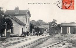 Fontaine-Française  21   Vue De La Gare Interieure_Quai Tres Tres Animé Et Train A L'Arret - Francia