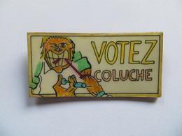 """Insigne Politique Badge De La Campagne électorale De Coluche En 1980 """"  Votez Coluche """" Seringue - Etat Parfait - Publicité"""