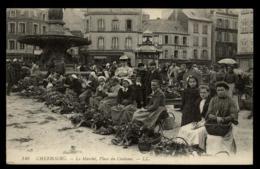 50 - Cherbourg Le Marché Place Du Château Vendeuse Légumes Paniers #00578 - Cherbourg