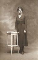 CPA Carte Photo Une FEMME LADY FRAU Mise En Scène Dans Un Décor Studio - MODE D'AUTREFOIS - Cartes Postales