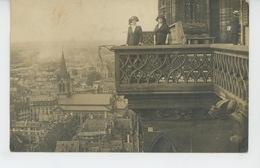 PHOTOS - A SITUER - Belle Carte Photo Portrait Femmes Au Balcon D'un édifice Avec Gargouilles Surplombant La Ville - Photos