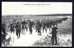 CP 2- CPA ANCIENNE DOUBLE- MILITARIA- BATAILLON CYCLISTE EN COLONNE- FACE EN ARRIÈRE- TRES BELLE ANIMATION - Guerre 1914-18