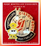 SUPER PIN'S RUGBY : MONTPELLIER CISSOU-BOYS AUSTRALIE 1991 émail Base Or Signé TOP CONCEPT 91, 2,8X3cm - Rugby