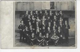 Groupe En Costume Et Béret à Identifier - Sur Le Drapeau : Al...ville - Classe 1914 (sans Doute Albertville)  (Y89) - Photographie