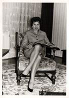 Photo Originale Pin-Up Lectrice Et Jolies Jambes De Sortie, Oups, Les Jupons Aussi ! Lecture & Photographe Coquin 1963 - Pin-up