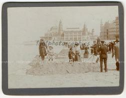 Ostende, Portrait De Groupe De Personnes Et D'enfants  Se Trouvant Sur La Plage D'Ostende. Le Kursaal D'O - Photographs