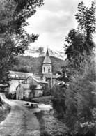 09 - Suc - Environs De Vicdessos - Beau Plan De L'Entrée Du Village - L'Eglise - Autres Communes