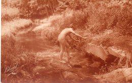 - Femme Qui Traverse Le Ruisseau - - Femmes