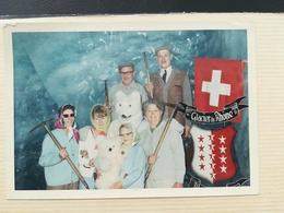 Homme  Déguisement Eisbär Ours Blanc Polaire  Glacier Du Rhône Suisse 2 Photos Rectangulaires Couleurs Bords Blancs - Personnes Anonymes