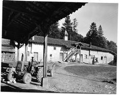 Agriculture : UNE FERME BRESSANE -  Tracteur VENDOEUVRE   Photo Originale Des Années 60 Editions COMBIER Imp  à MACON - Lugares