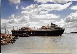PETROLIER  à DOUGES (L.A.)   Photo Originale Années 60 Ed. COMBIER Imp  à MACON - Barche