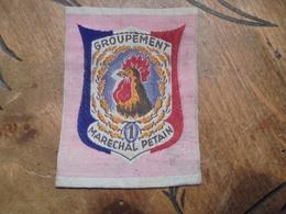 Ecusson D'uniforme Chantiers De Jeunesse 1939.1945 GROUPEMENT MARECHAL PETAIN N°1 Au Coq - Patches