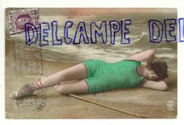 Jeune Femme En Maillot Sur La Plage, Filet à Crevettes - Pin-Ups