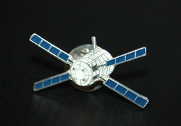 Pin's Satellite - ESA - CNES - Fusée - Aerospatiale - Space Rocket - NASA - Espace