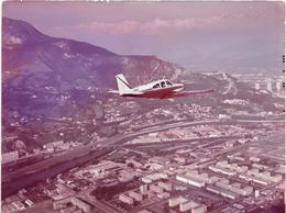 GRENOBLE (Isère) Vue Aérienne D'un Avion Au Dessus De La Ville    Années 60-COMBIER CIM Imp à Macon - Aviation