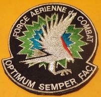 INSIGNE EN TISSU ARMEE FRANCAISE : FORCE AERIENNE DE COMBAT , OPTIMUN SEMPER FAC, BON ETAT VOIR PHOTO . - Ecussons Tissu