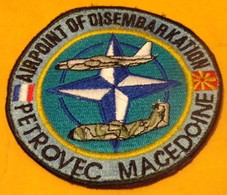 INSIGNE EN TISSU ARMEE FRANCAISE : PETROVEC MACEDOINE , AIRPOINT OF DISEMBARKATION, BON ETAT VOIR PHOTO . - Ecussons Tissu