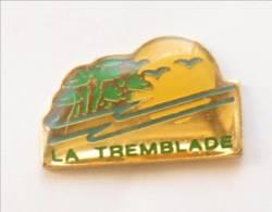 Pin's LA TREMBLADE (17) - Arbres Et Soleil - I131 - Villes