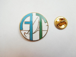 Superbe Pin's En EGF , Marine Bateau Voilier ?? A T , Signé Swanor - Barcos