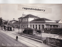 CPSM- ITALIE - IVREA - STAZIONE FERROVIARIA, STATION Des AUTOBUS Et AUTOCARS - Vera Photographia 1951 - CARTE RARE - - Autres Villes