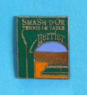 1 PIN'S //   ** TENNIS DE TABLE / PING PONG ** SMASH D'OR / PERRIER ** - Tennis De Table