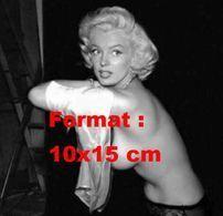 Reproduction D'une Photographie De Marilyn Monroe Retirant Son Haut Et Laissant Apparaître Sont Torse Nu - Reproductions