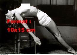 Reproduction D'une Photographie De Marilyn Monroe En Short Moulant Satiné Et Le Torse Nu étendue Le Dos Sur Un Tabouret - Reproductions