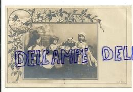 Montage Photographique. Enfants, Dinette. Décor Paysage Et Guirlande De Fleurs. Signée Michau. S.I.P. Paris - Non Classés