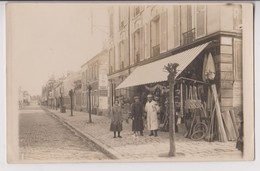 """CARTE PHOTO D'UNE QUINCAILLERIE - ARTICLES DE MENAGE - SUR L'AFFICHETTE A DROITE ECRIT """" MONTGERON """" - CINE ?  - 2 SCANS - Cartes Postales"""