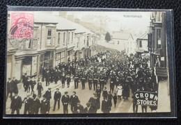 J/ CARTE POSTALE PHOTO À IDENTIFIER DÉFILÉ, FANFARE MILITAIRE, PHOTO BY SHERVINGTON CADOXON BARRY 1909 - A Identifier