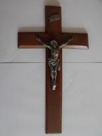 Grand Crucifix Christ En Croix à Accrocher. Bois, Métal Argenté. Hauteur 35 Cm.12. - Religione & Esoterismo