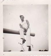 Foto Deutscher Matrose Auf Rah Sitzend - Ca. 1940 - 5,5*5,5cm (40374) - Guerre, Militaire