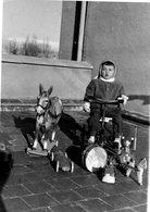 Jeux, Jouets. Photo 15 X 10 Cms. Espagne. Enfant Avec Ses Jouets, Tricycle, Cheval, Tambour .... 1961.  Scan Du Verso. - Oggetti