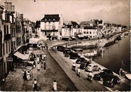 44 .. LE CROISIC .. PLACE D'AIGUILLON .. 1953 ..  COIFFEUR . PARFUMS CLERSANGES .. CITROEN TRACTION .. RENAULT - Le Croisic